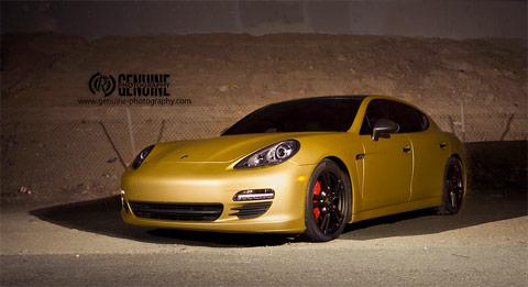 Une Porsche Panamera dorée